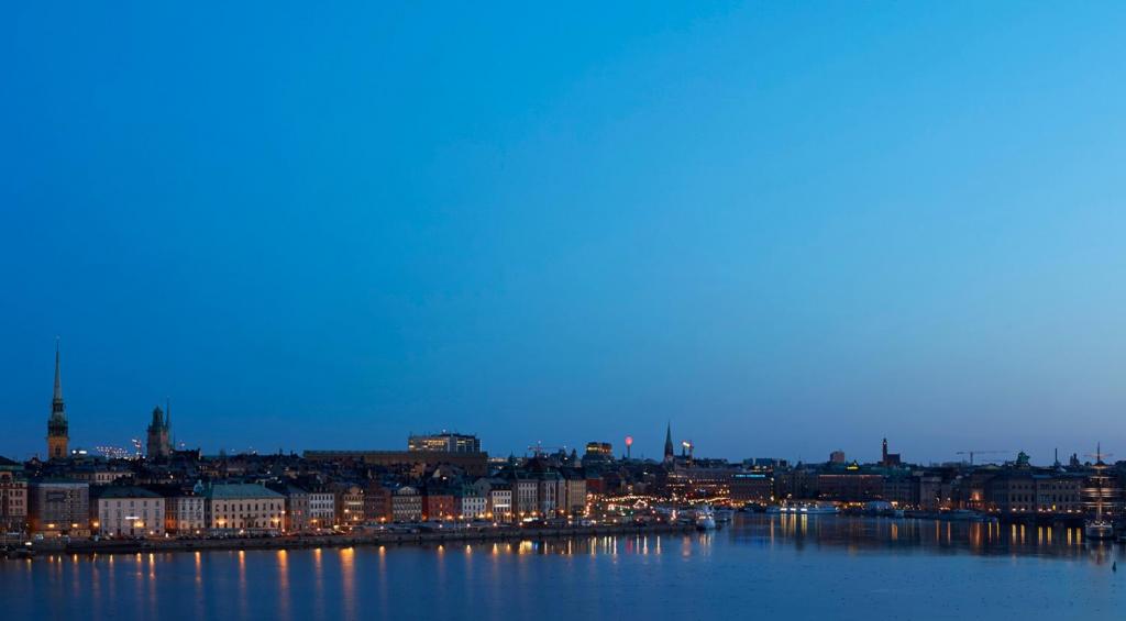 Stockholm på kvällen, från vattnet