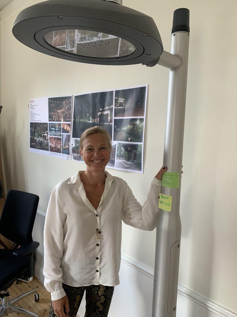 Maria Holm vid prototyp av framtidens lyktstolpe